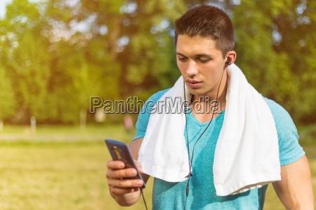 junger mann jogger sport smartphone handy