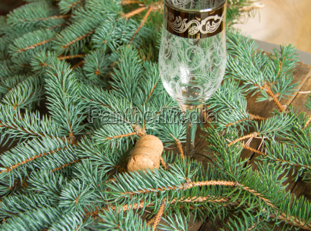 ein leeres glas champagner und der