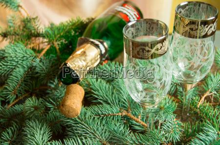 eine leere flasche champagner und ein