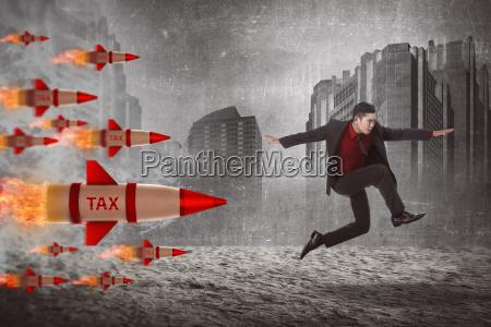 asiatischer geschaeftsmann springen von der steuerrakete