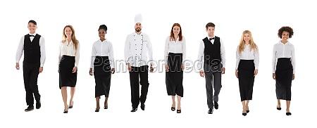restaurantpersonal zu fuss vor weissem hintergrund
