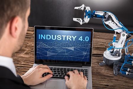 an design des industrieroboterarms auf laptop