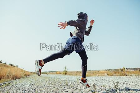 laufsport mannlaeufer sprintet im freien in