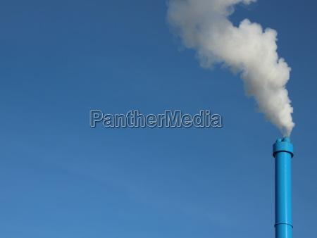 blaue industrieschmschlafzimmer auf sky hintergrund mit