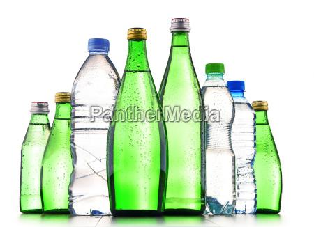 verschiedene arten von flaschen mit mineralwasser