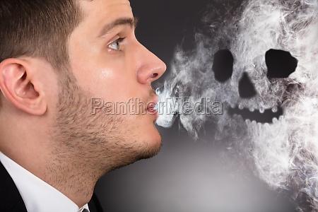 mann rauchen schaedel form