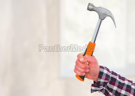 hand mit hammer auf der baustelle