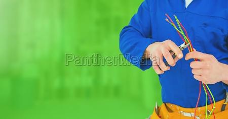 elektriker mit drahtseilen auf baustelle