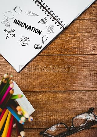 innovationsgekritzel auf notizblock nahe bei bleistiften