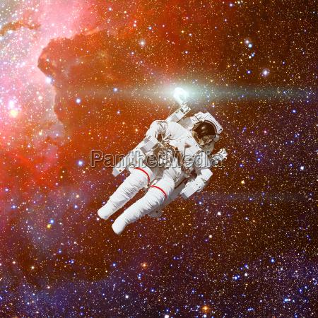 astronaut im weltraum nebel und sterne