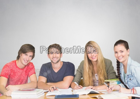 gruppe von studierenden die vor grauem