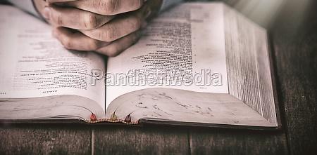 mittelteil des menschen der mit bibel