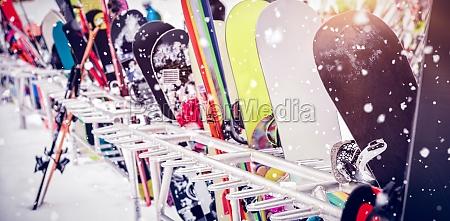 snowboards und skier bleiben zusammen