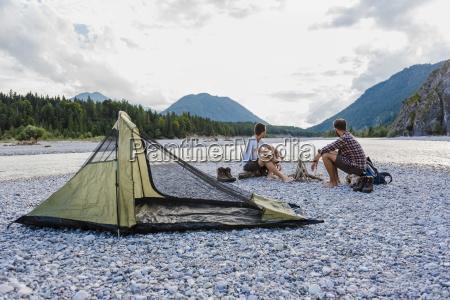 deutschland bayern zwei wanderer campieren auf