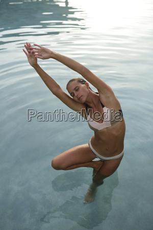 junge frau im schwimmbad