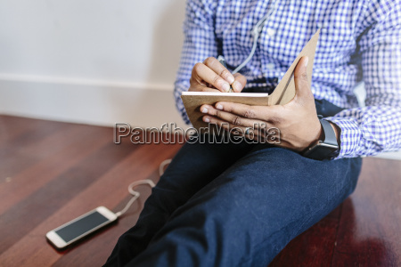 mann sitzt auf dem holzboden und