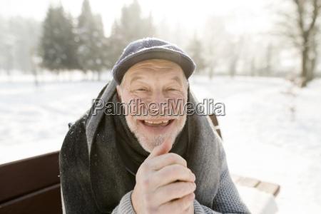 portraet eines gluecklichen seniors der in