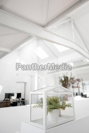 anlage in glaskasten auf gelaender im