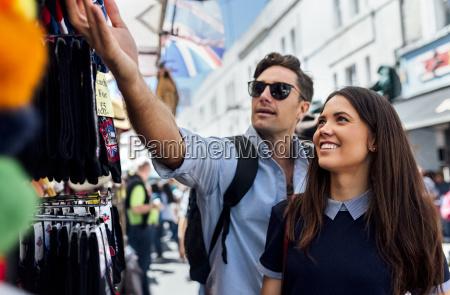 grossbritannien london portobello road paar auf