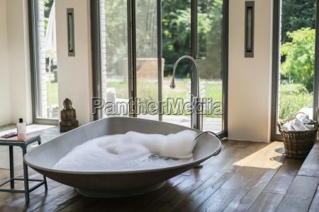 das innere eines luxurioesen badezimmers in