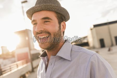 portraet eines gluecklichen jungen mannes auf