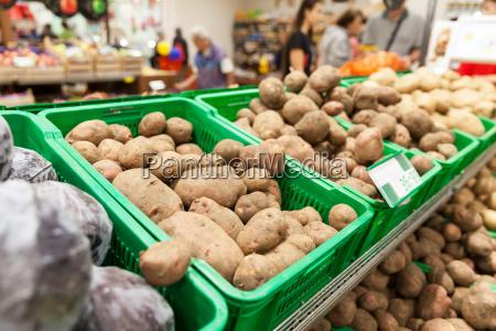kartoffeln auf supermarkt gemuese regal