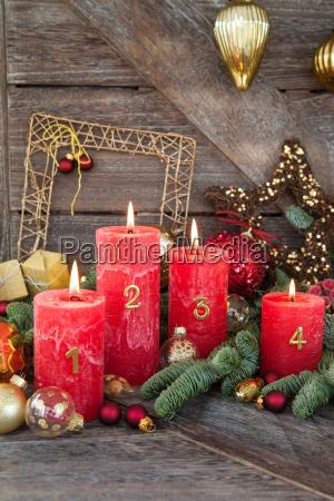 froehliche weihnachtsdeko mit kerzen