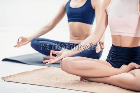 atelieraufnahme von junge frauen die yoga