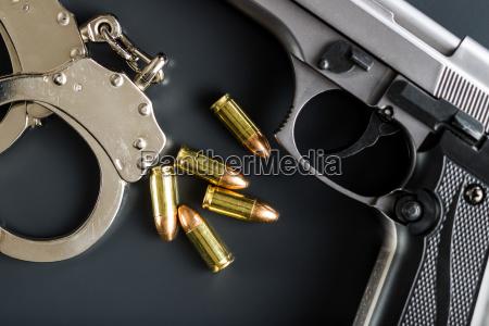 pistolenkugeln pistole und handschellen
