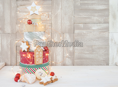 keksdosen gestapelt mit plaetzchen