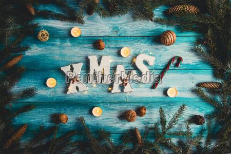 das wort weihnachten auf einem blauen