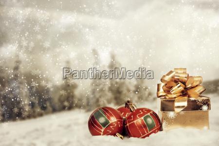 weihnachtsdekoration vor wintergrund