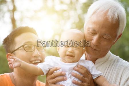 asiatische mehrgenerationen familie