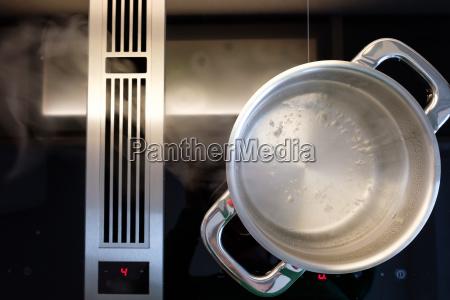 wasser kocht im kochtopf und dampf