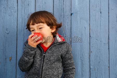 kind apfel obst fruechte essen lachen