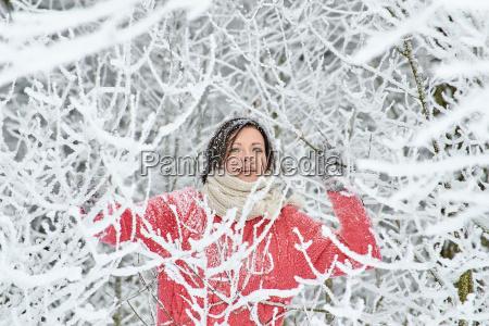 familie im urlaub im winterwald
