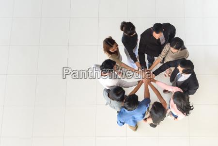 draufsicht der multiethnischen partnerteamwork des geschaefts
