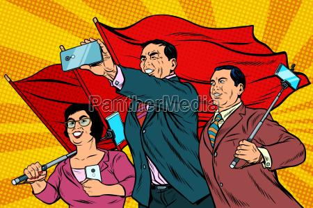 chinesische geschaeftsmaenner mit smartphones und flaggen