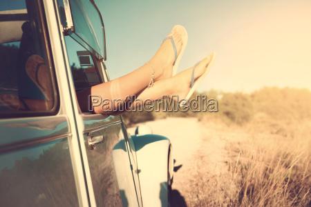 maedchen beine im auto