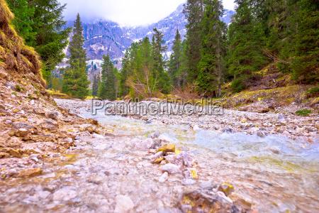 stadt dolomiten alpen fontaene brunnen springbrunnen