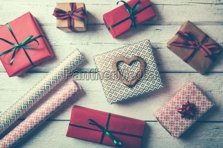 verpackte geschenke und packpapier auf weisser