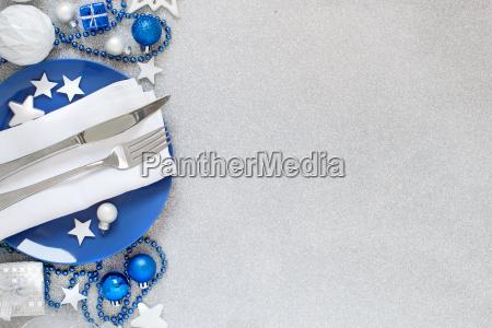 silberner und blauer weihnachtstisch