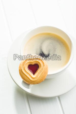 suesse geleeplaetzchen und kaffeetasse