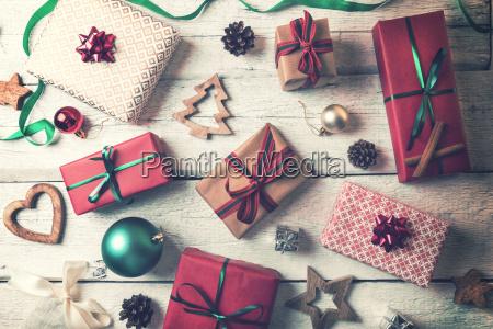 weihnachtsgeschenke und dekorationen auf weisser hoelzerner