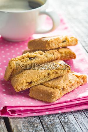 suesse kekse und kaffeetasse