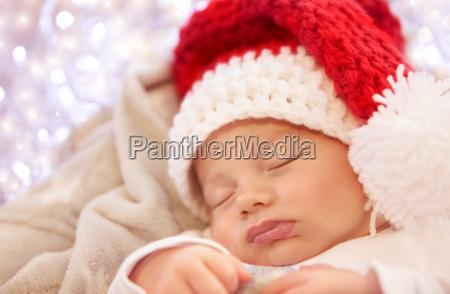 kleines baby schlaeft an weihnachten