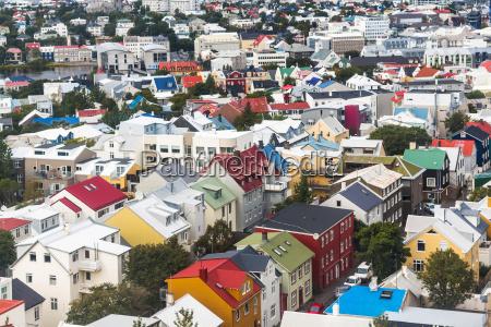 blick auf wohnhaeuser in reykjavik