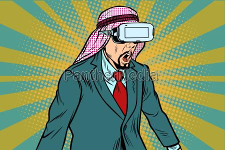 ueberraschter arabischer geschaeftsmann in vr glaesern