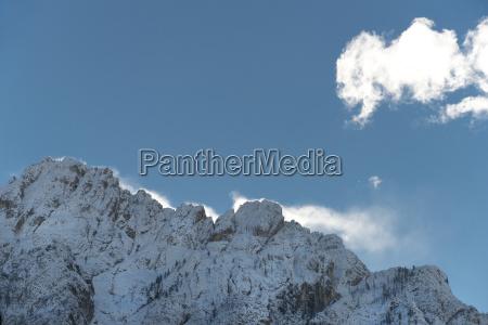 eine verschneite winterlandschaft zwischen den alpen