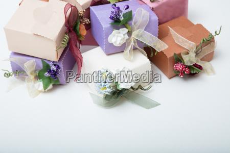 pastellfarbenkartonhochzeits geschenkboxen mit band und blumen
